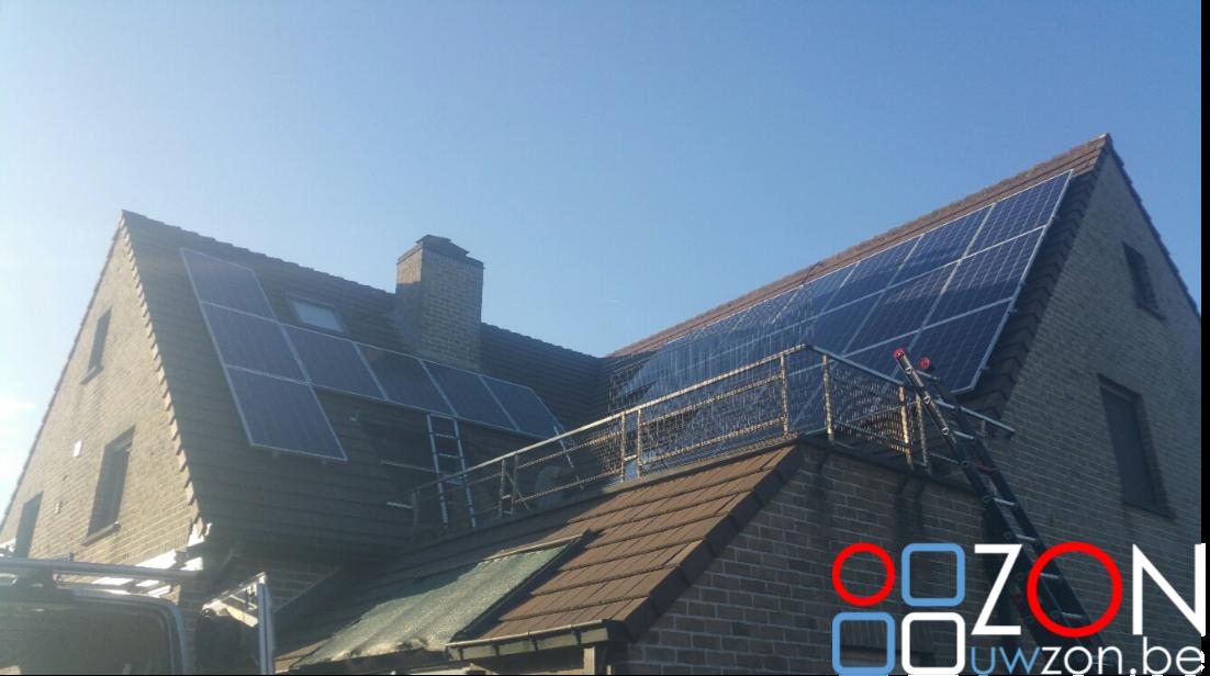 Installatie van 24 zonnepanelen.