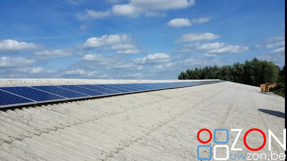Installatie van zonnepanelen op een loods