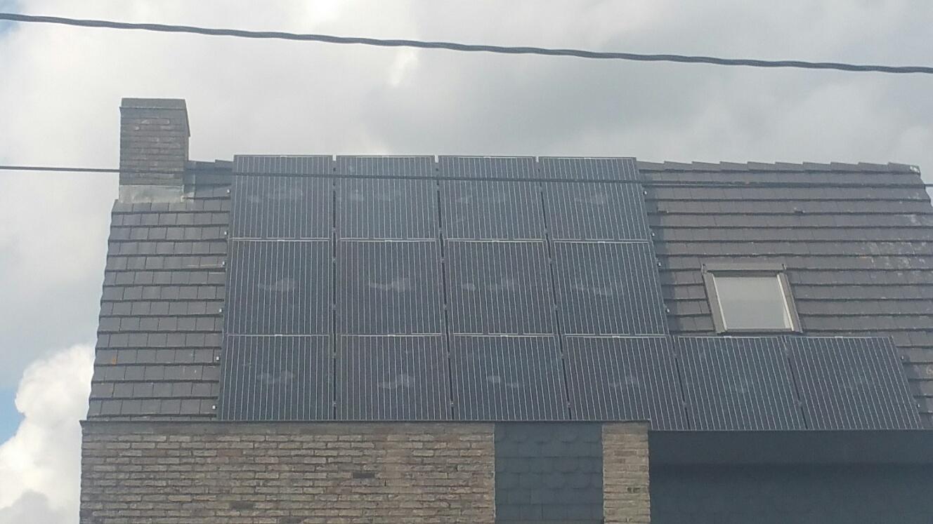 Drie rijen aan zonnepanelen op woning