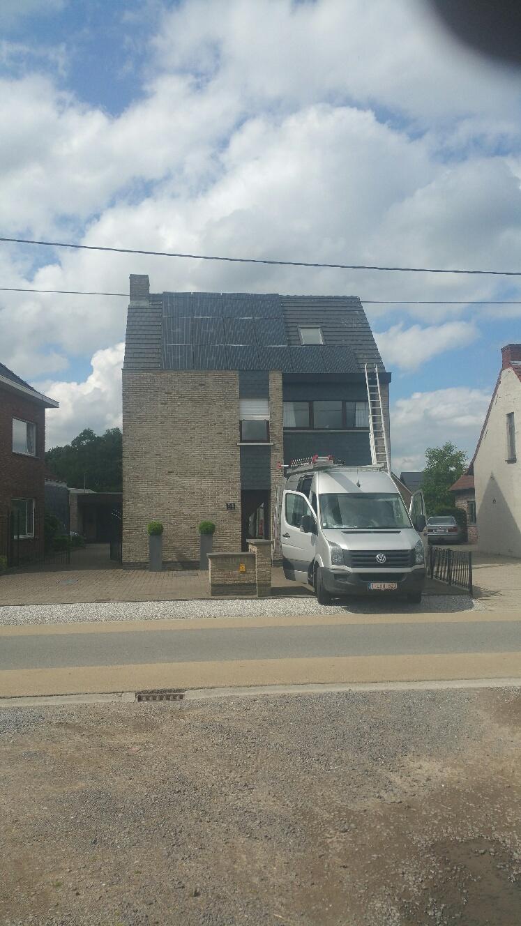 Drie rijen aan zonnepanelen op een woning