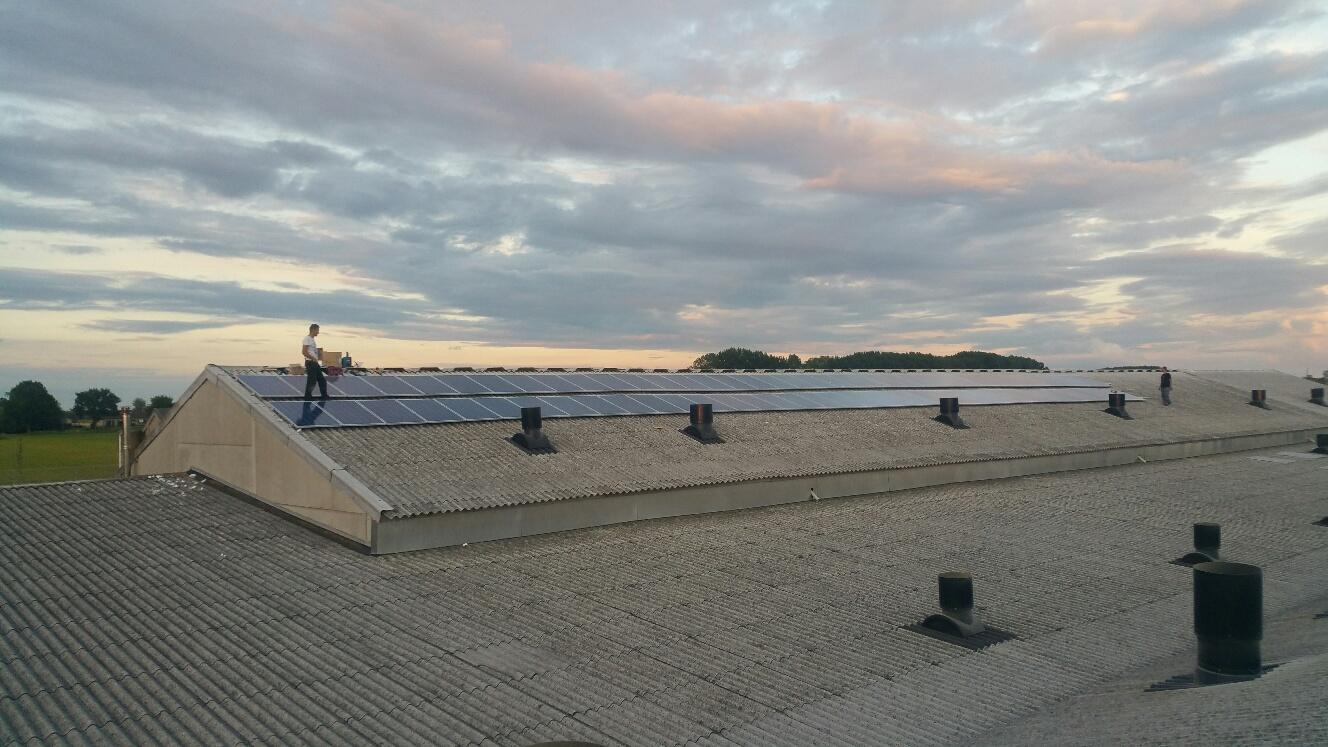 Uw Zon aan het werk bij de installatie van zonnepanelen op een loods