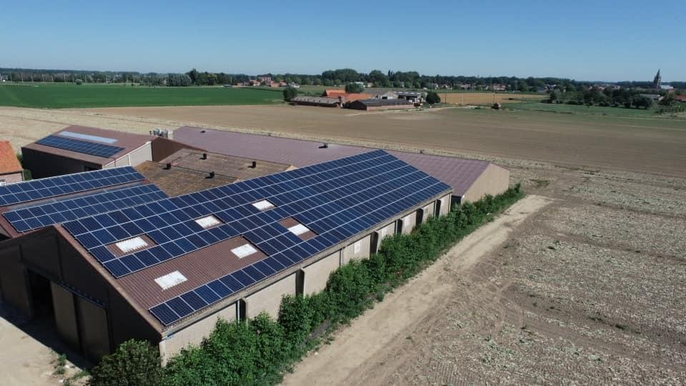 Luchtfoto grote zonnepaneel installatie