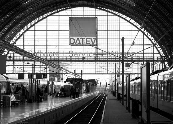Das Logo der DATEV an einem Bahnhof