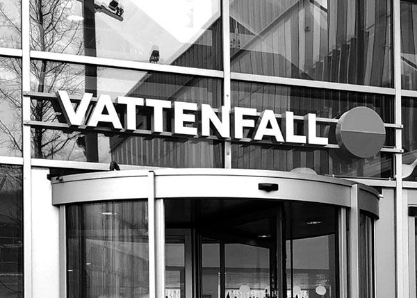 Das Vattenfall-Logo über dem Eingang zu einem Vattenfall-Büro.