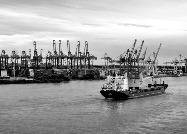 Schiff läuft aus Hafen aus