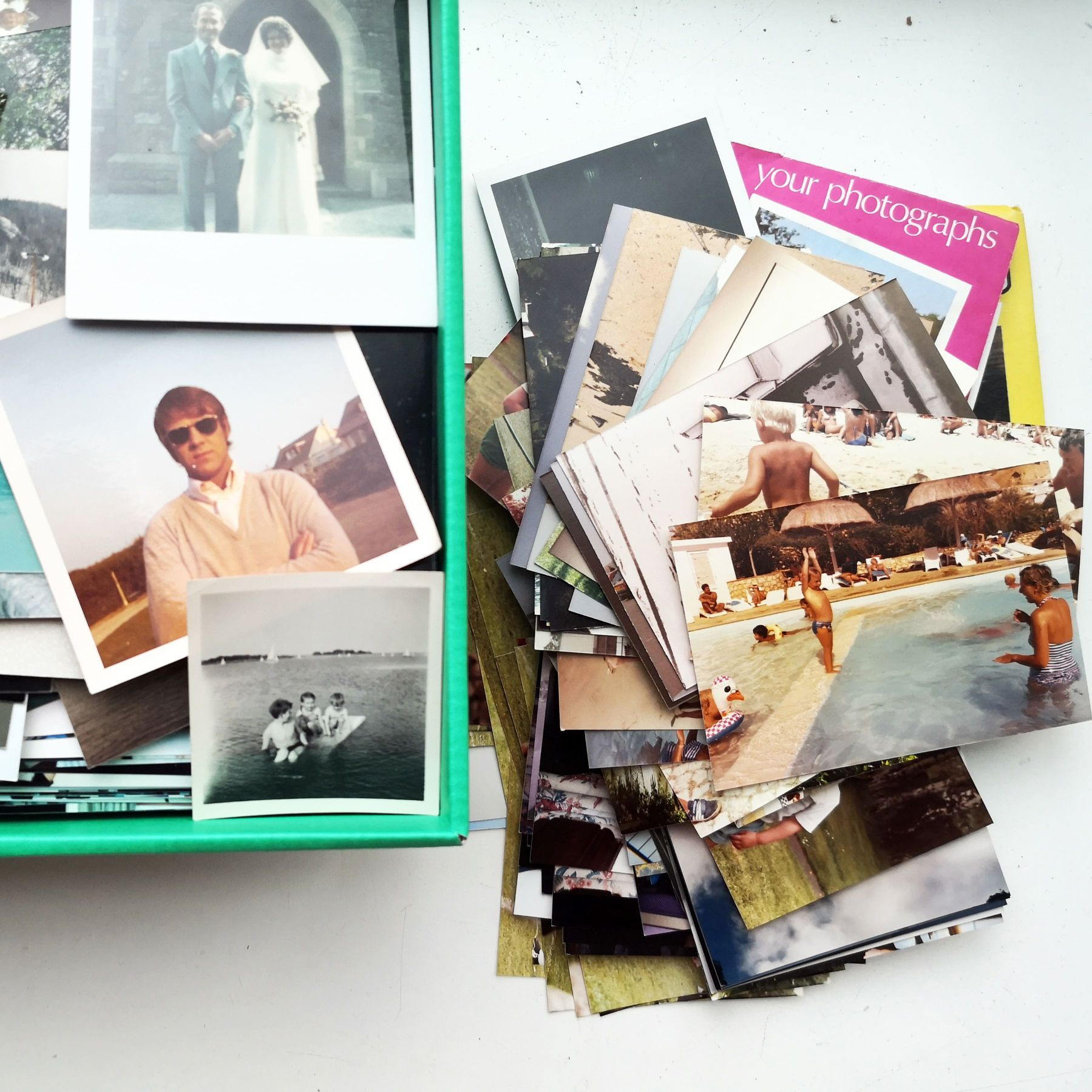 Pile of photos depicting the 500 photos photo scanning service.