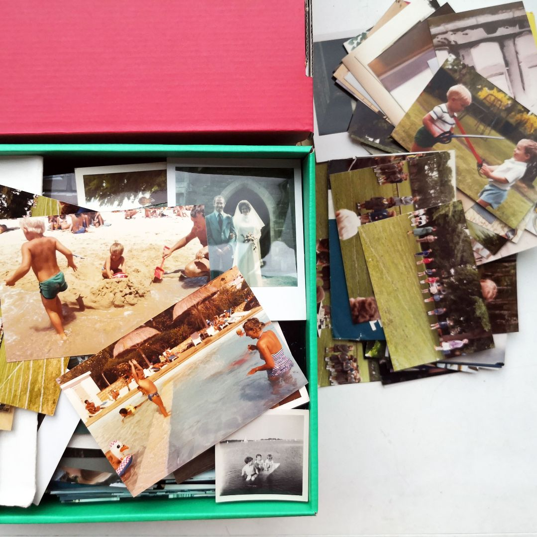 Pile of photos depicting the 1000 photos photo scanning service.