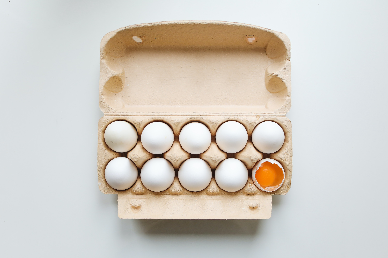oeufs blanc dans une boîte