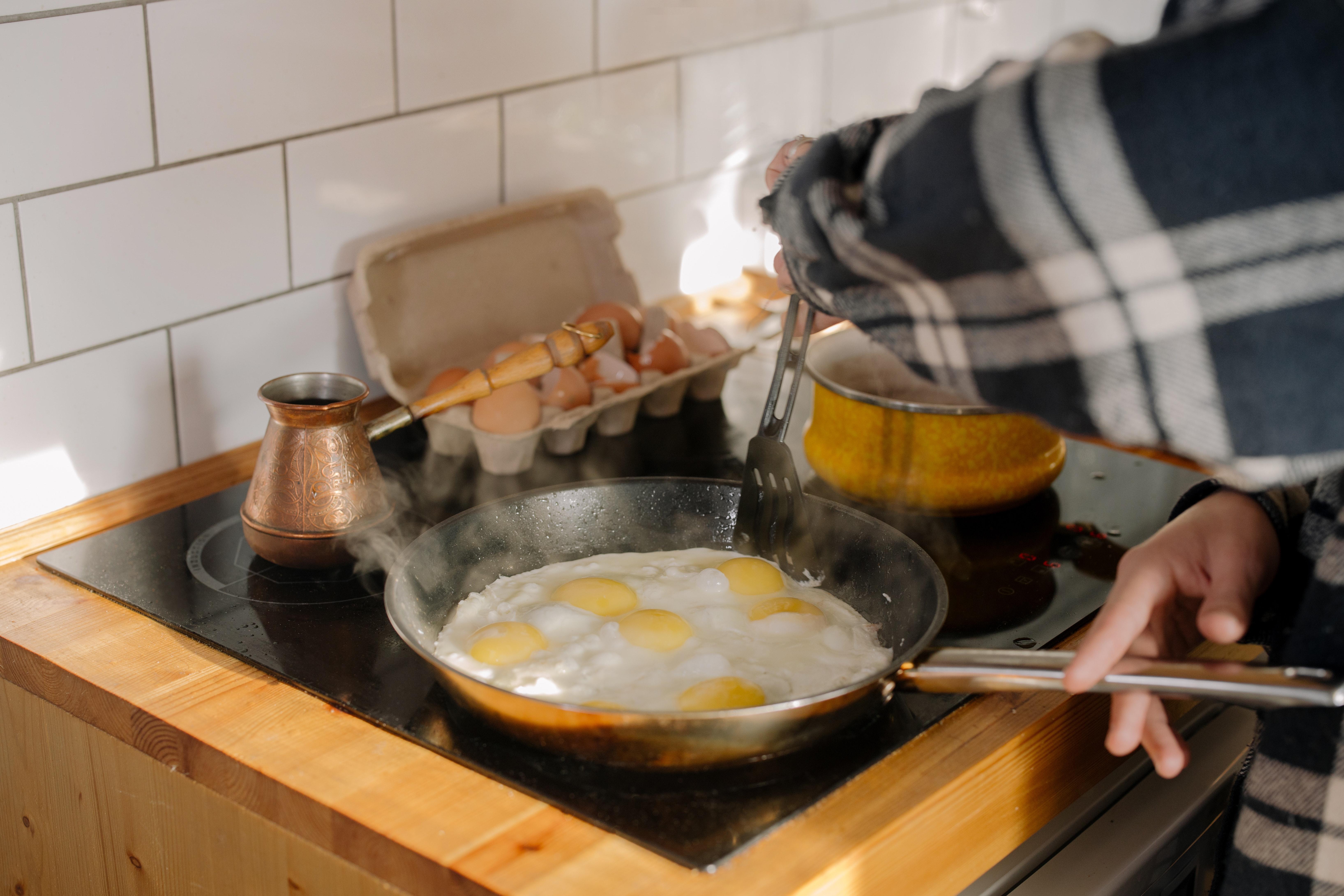 oeufs au plat dans une poêle