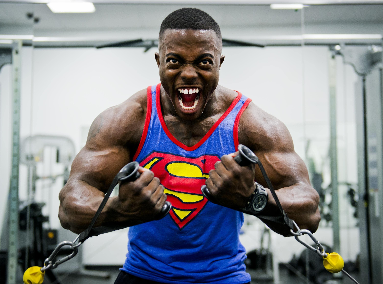 homme musclé portant un débardeur superman