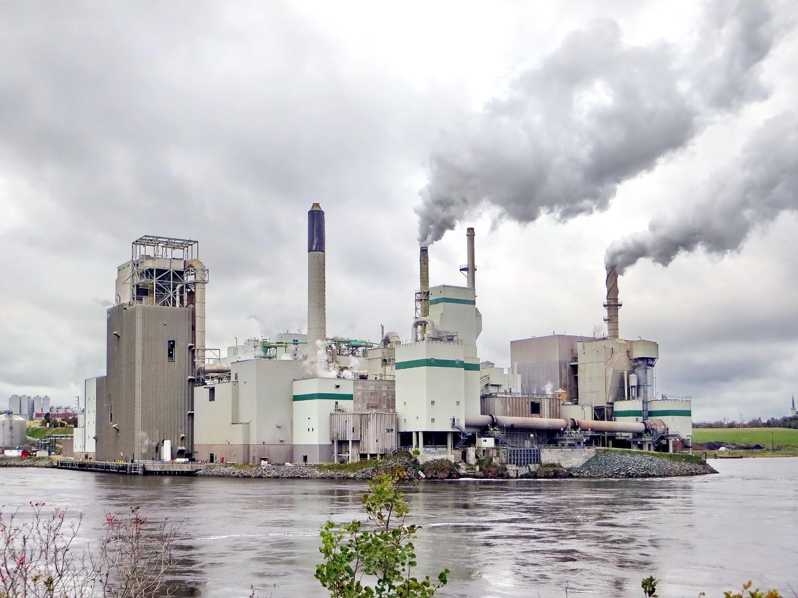 Usine rejetant des émissions CO2 dans une fumée grise