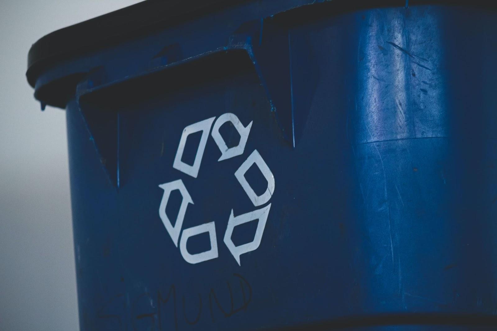 Logo de recyclage en gros plan sur une poubelle.
