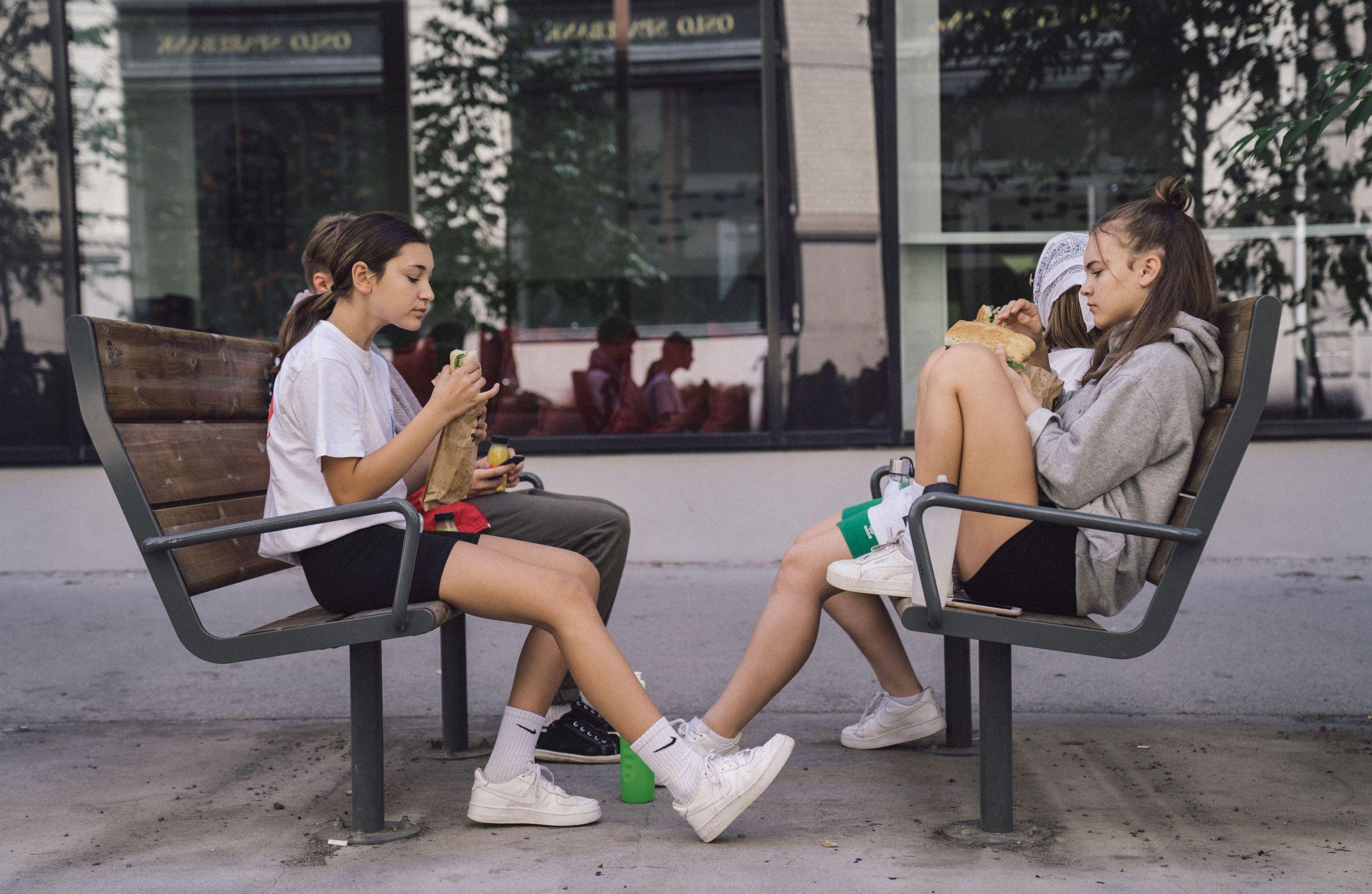 Ungdommer spiser lunsj utenfor Sentralen i Øvre Slottsgate.