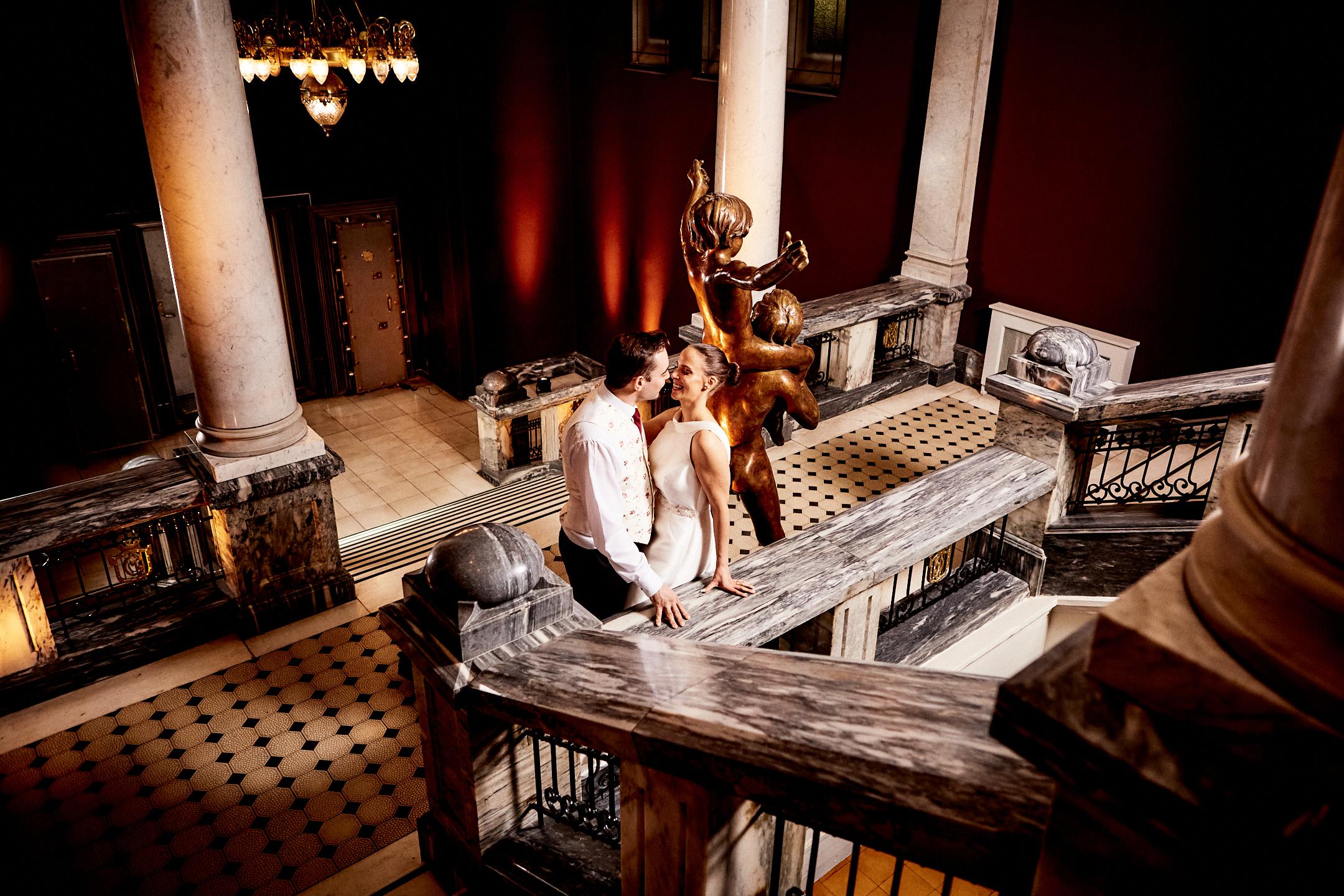 Brudepar i marmortrappa i Sentralen