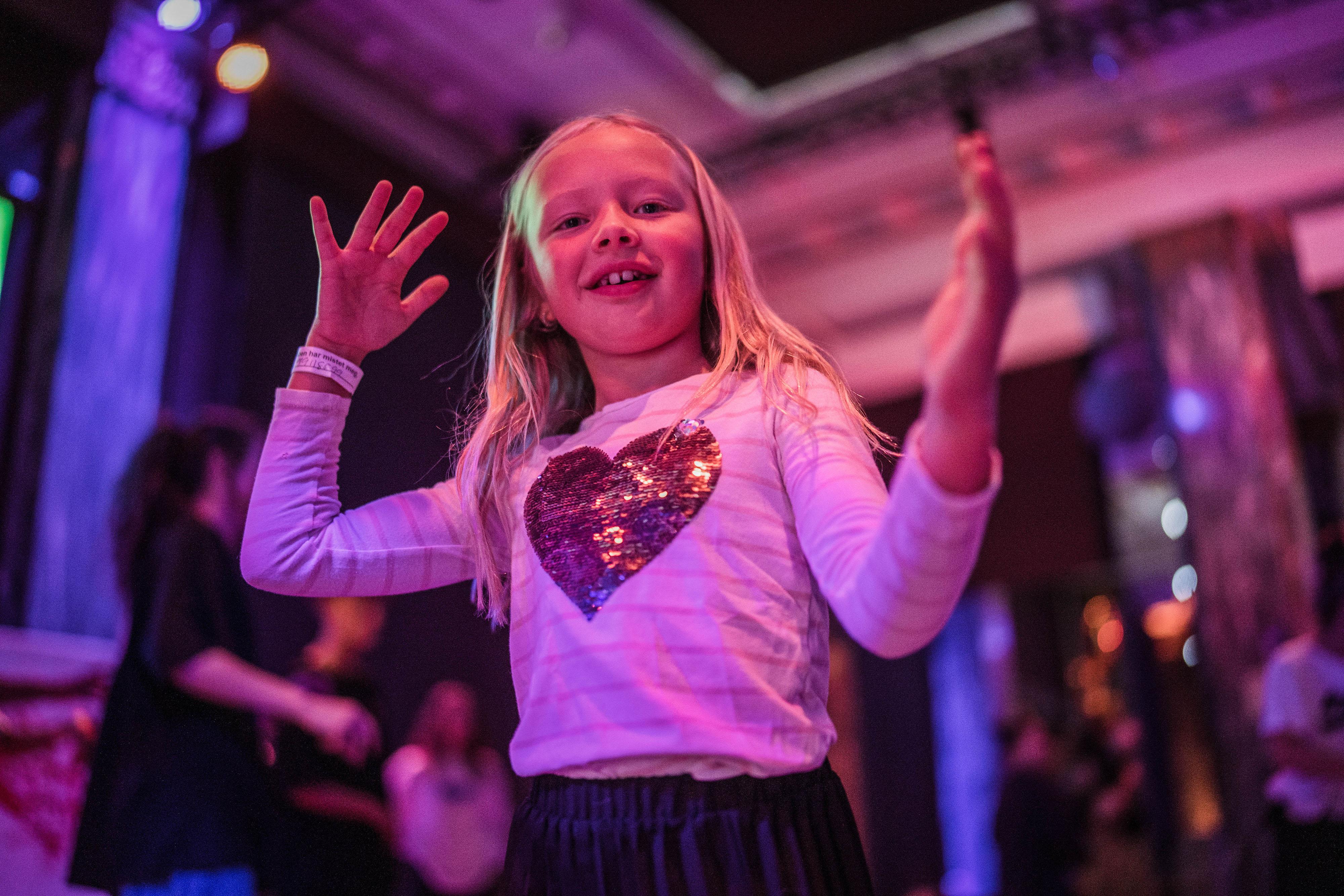 Jente danser på 5-årsfest