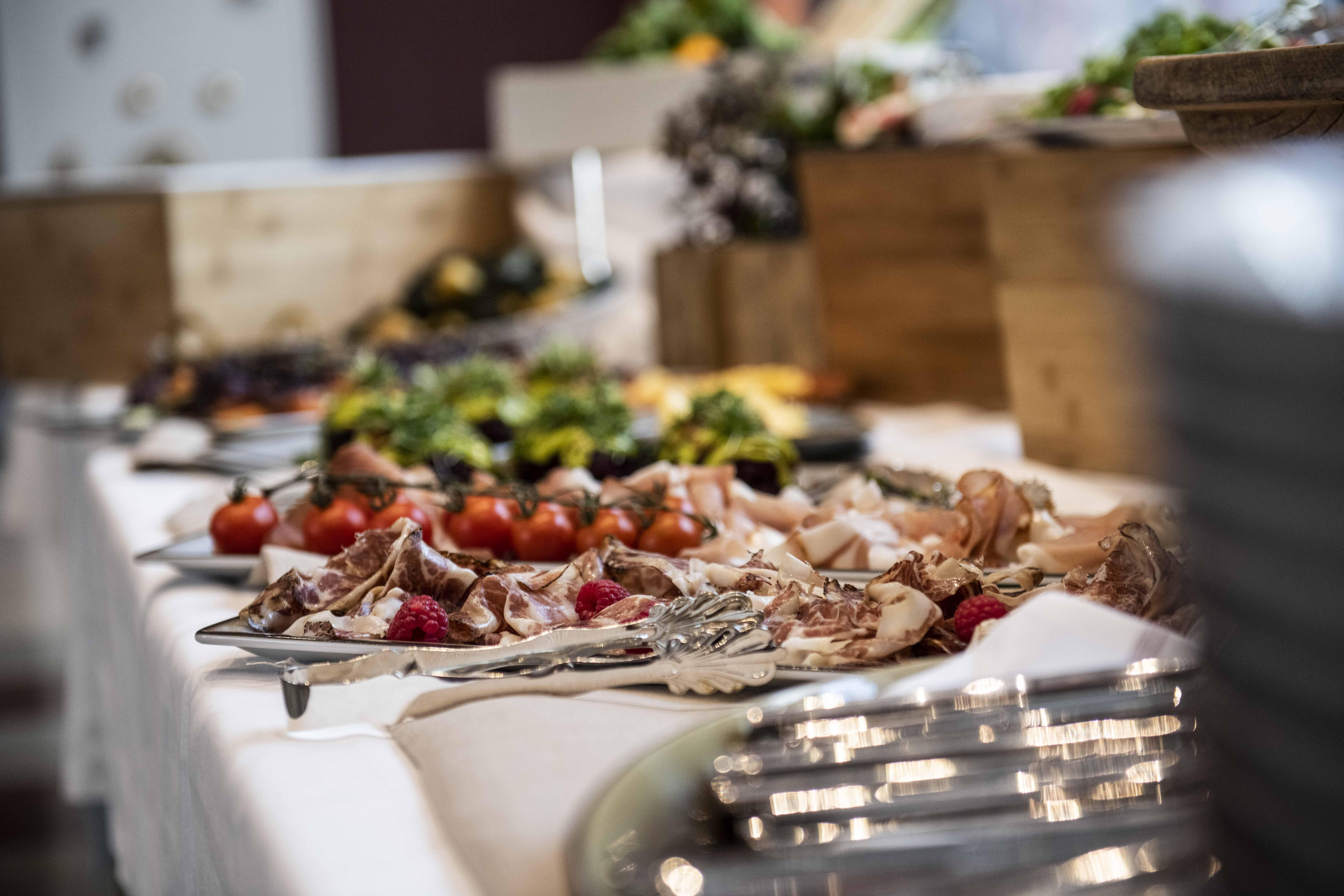Servering til arrangementer fra Sentralen MAt - buffet med tomater og skinke