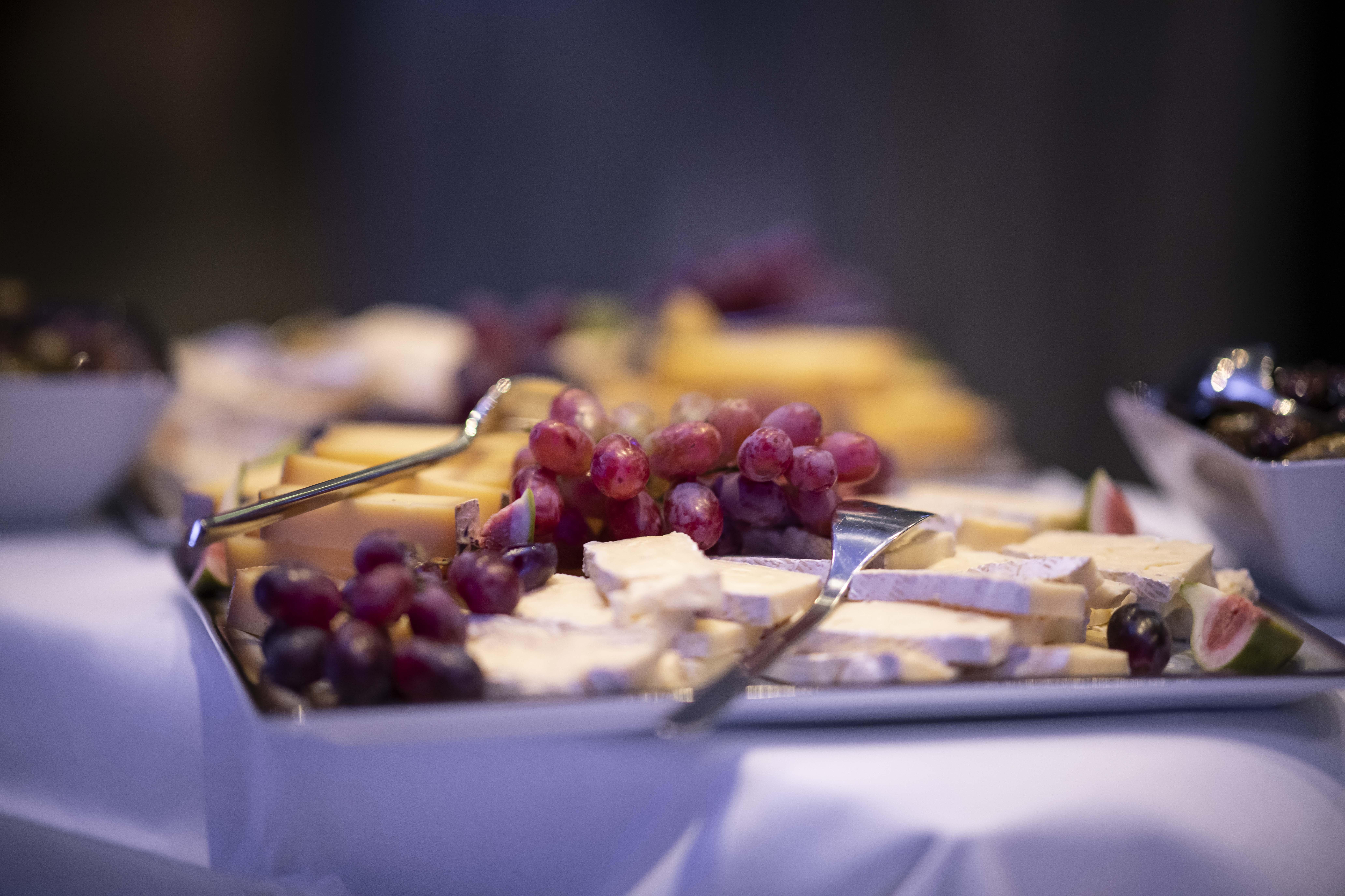 Servering til arrangementer fra Sentralen Mat - ost og druer på et fat