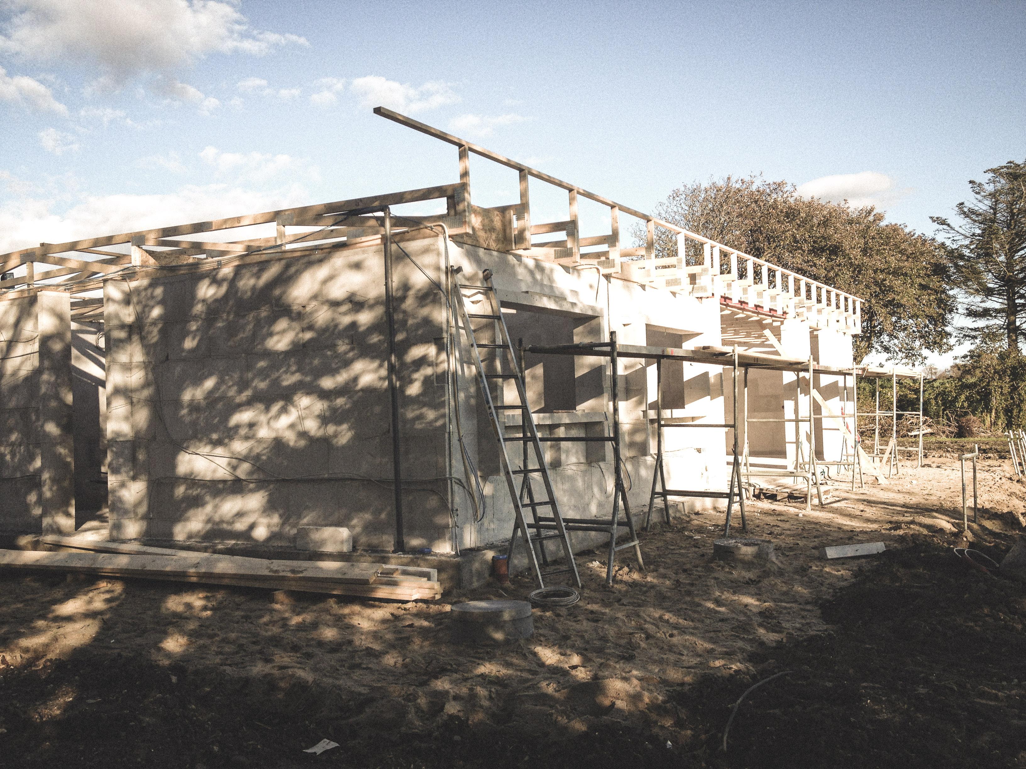 Billede af et igangværende byggeri i Thisted status, tegnet af arkitektfirmaet m2plus.