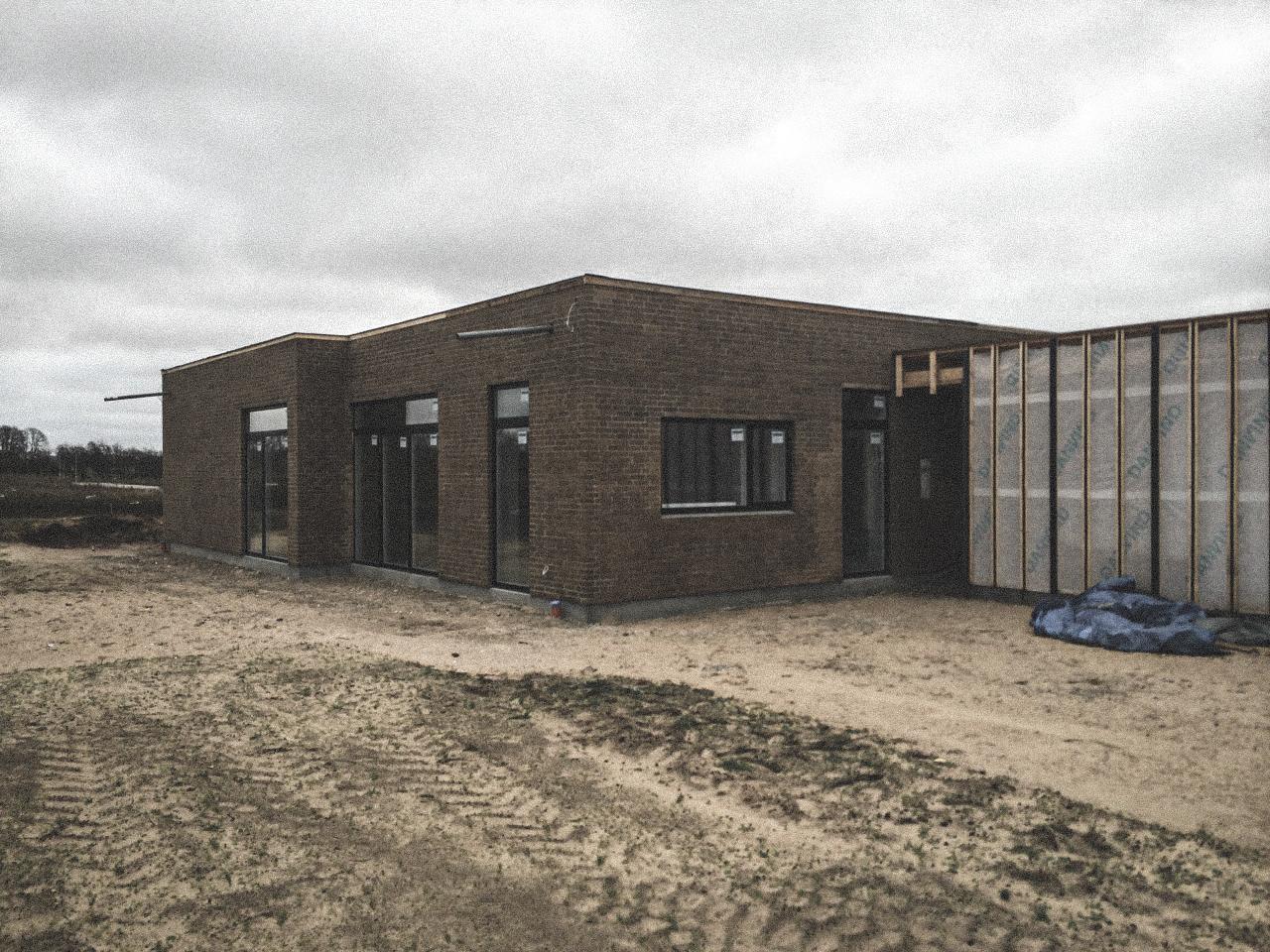 Billede af et igangværende byggeri i Hjallerup-status, tegnet af arkitektfirmaet m2plus.
