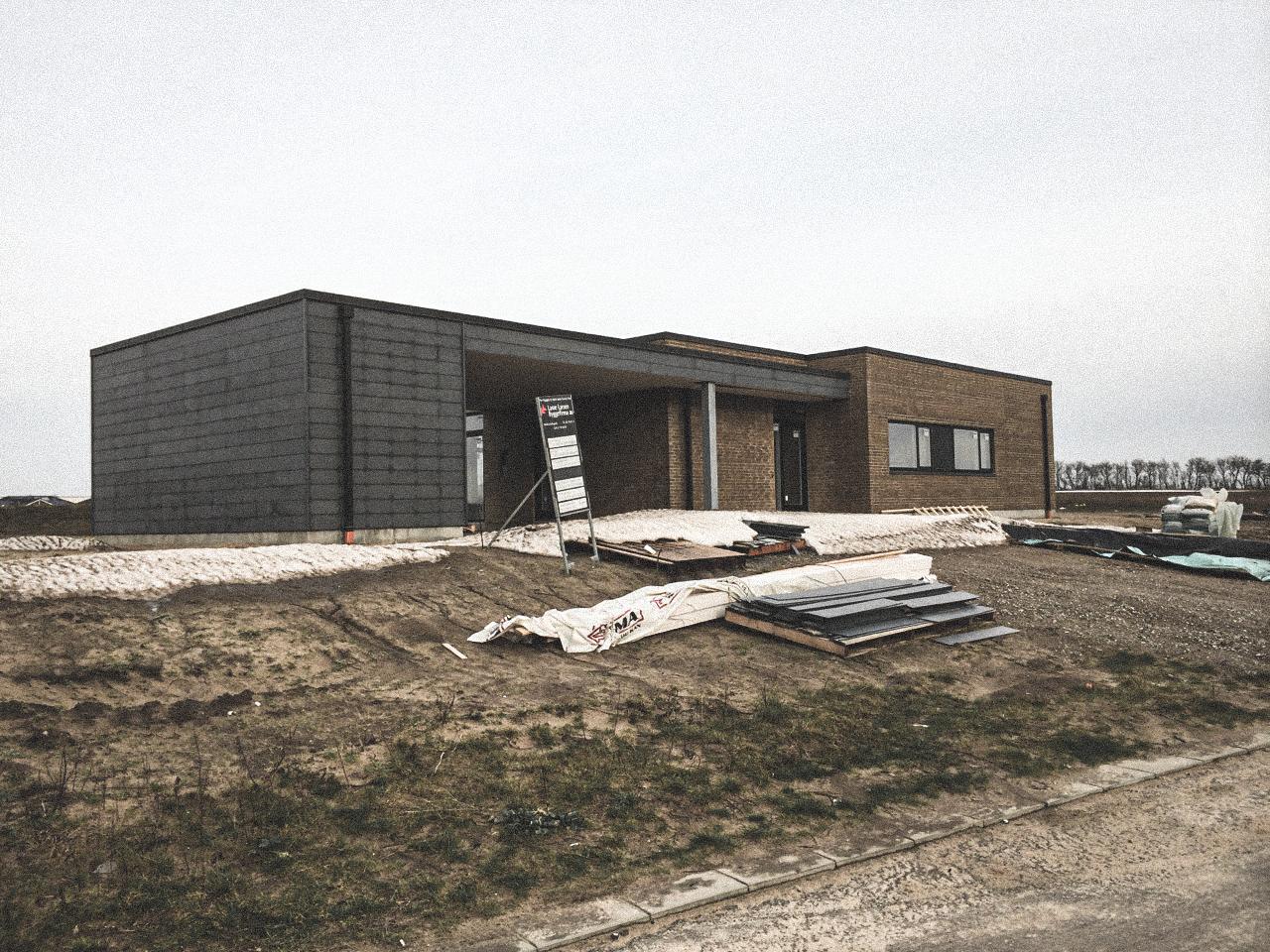 Billede af et igangværende byggeri i Hjallerup status, tegnet af arkitektfirmaet m2plus.
