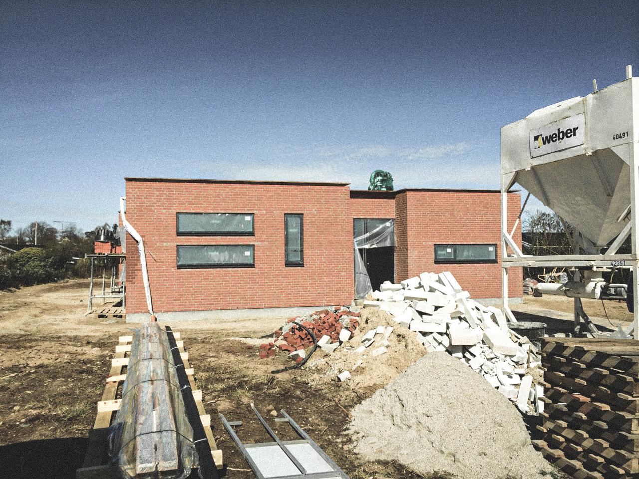 Billede af et igangværende byggeri i Nødebo/Hillerød, tegnet af arkitektfirmaet m2plus.