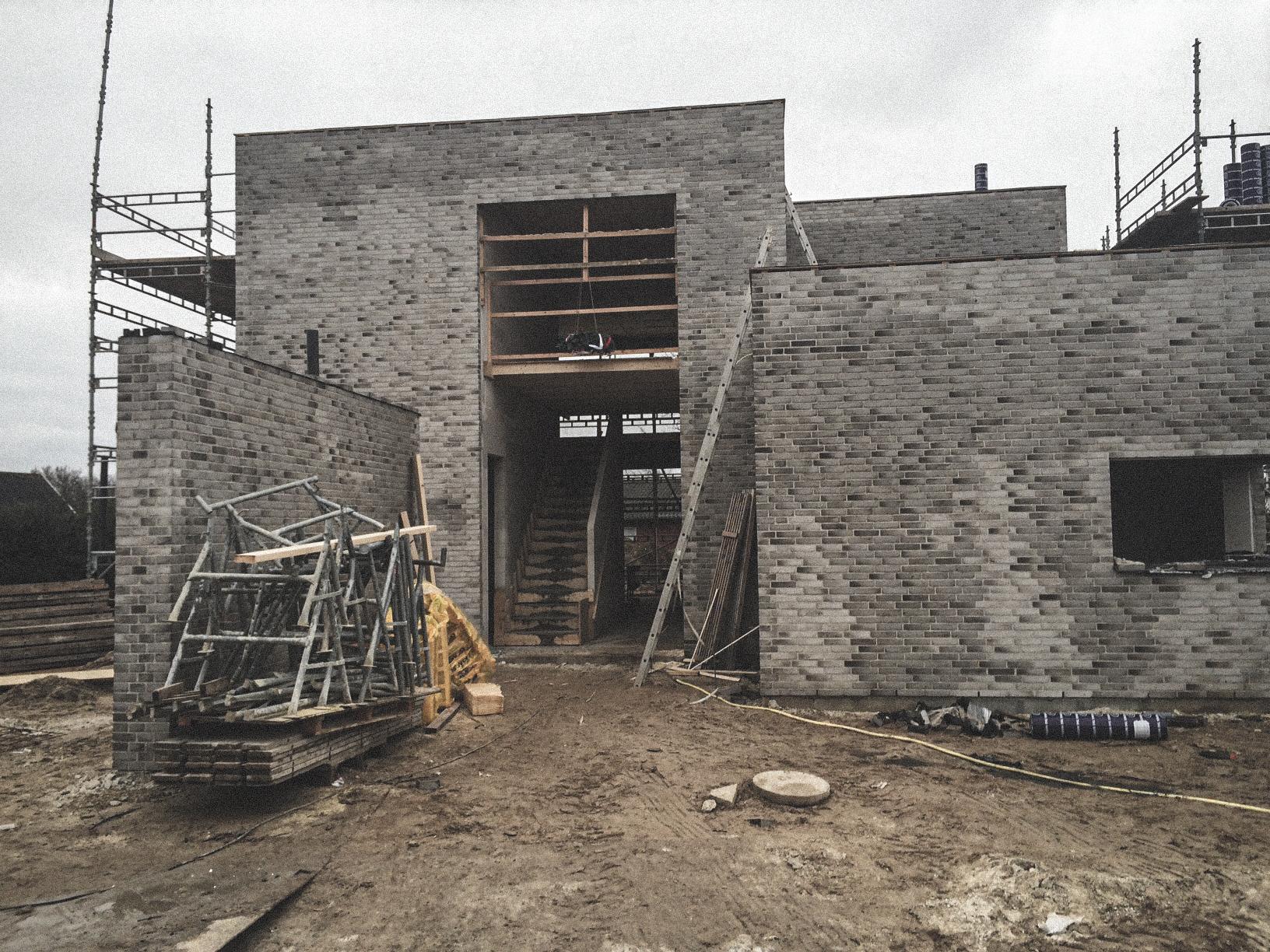 Billede af et igangværende byggeri i Vodskov, tegnet af arkitektfirmaet m2plus.