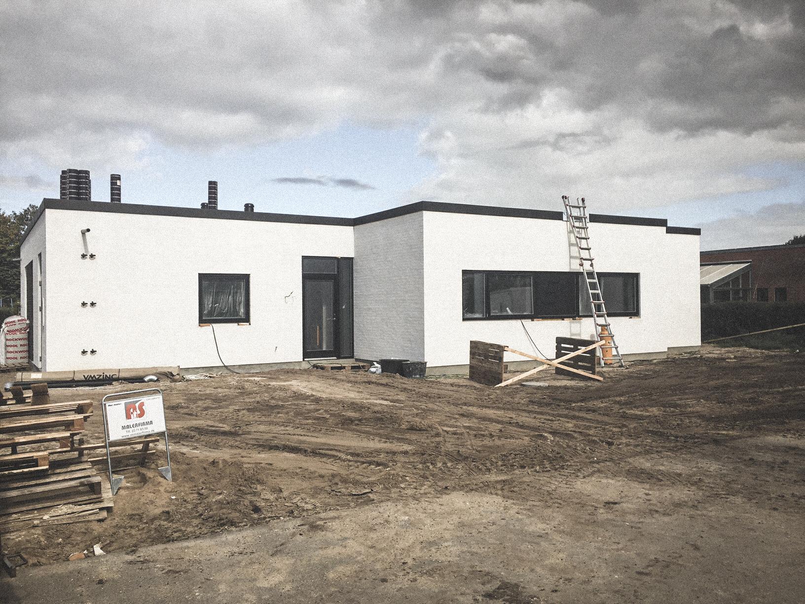 Billede af et igangværende byggeri i Ryomgård, tegnet af arkitektfirmaet m2plus.