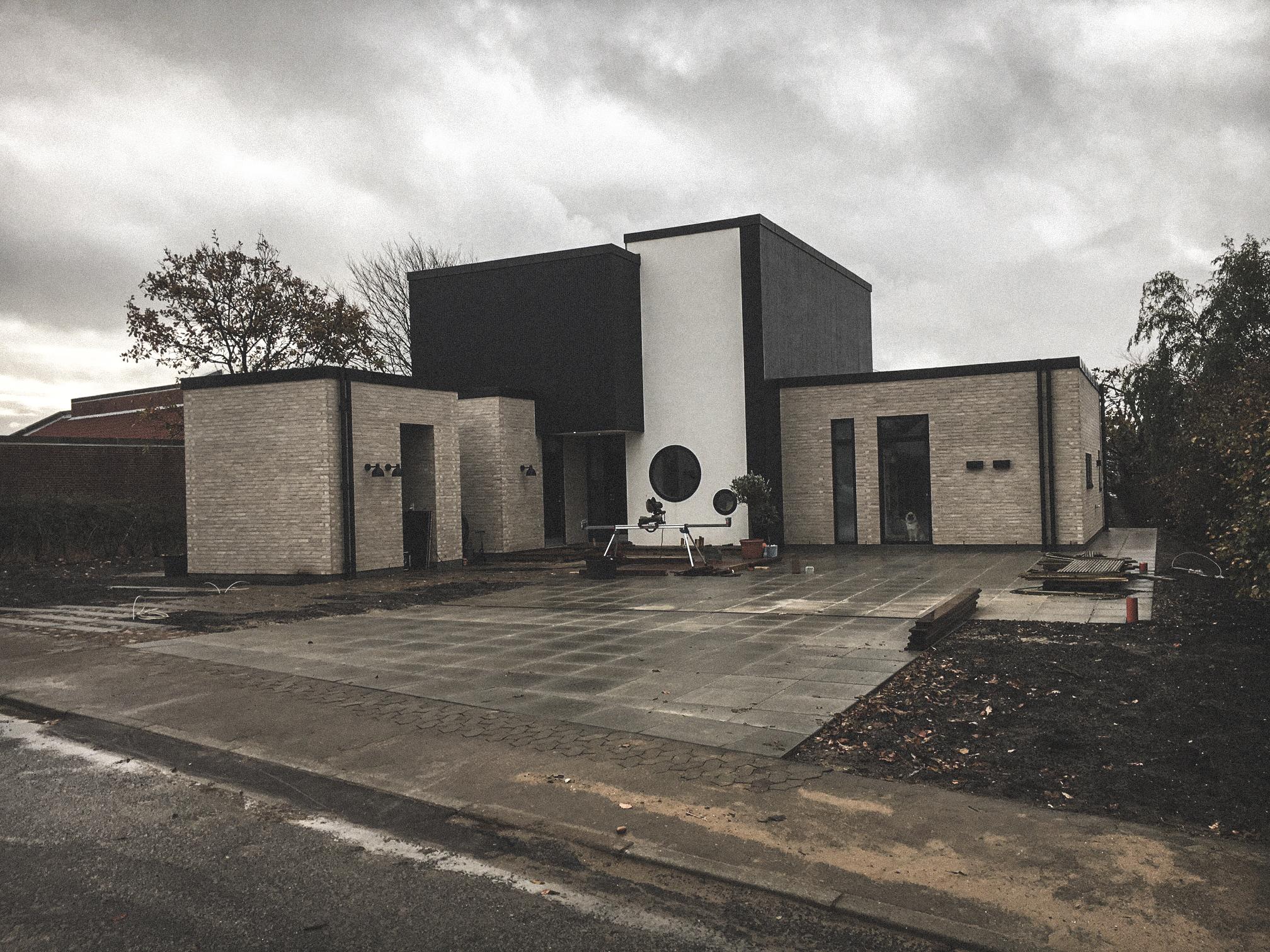 Billede af et igangværende byggeri i Hjerting, tegnet af arkitektfirmaet m2plus.