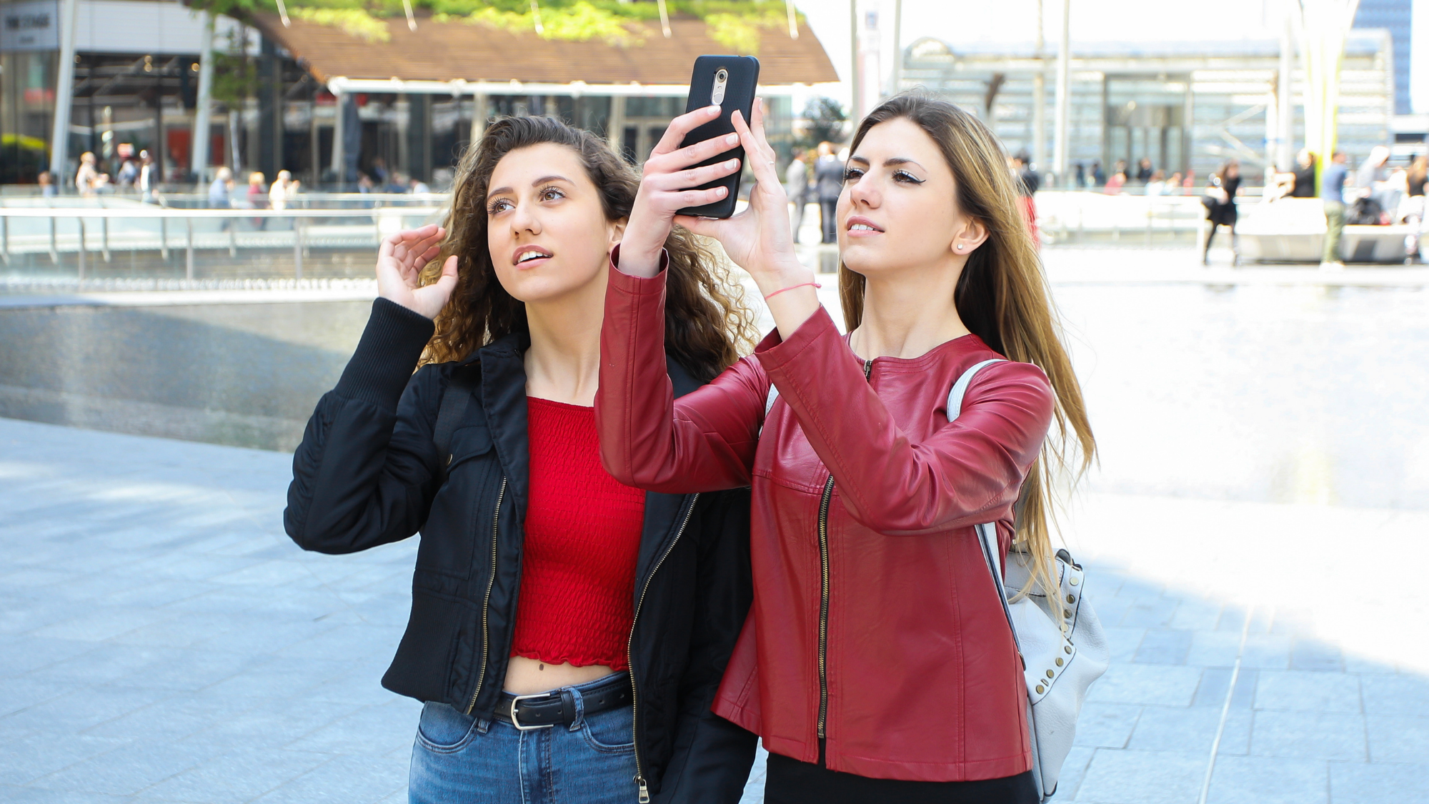 2 young women exploring the city.
