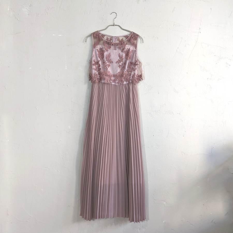 くすみピンク×おしゃれな刺繍のドレス