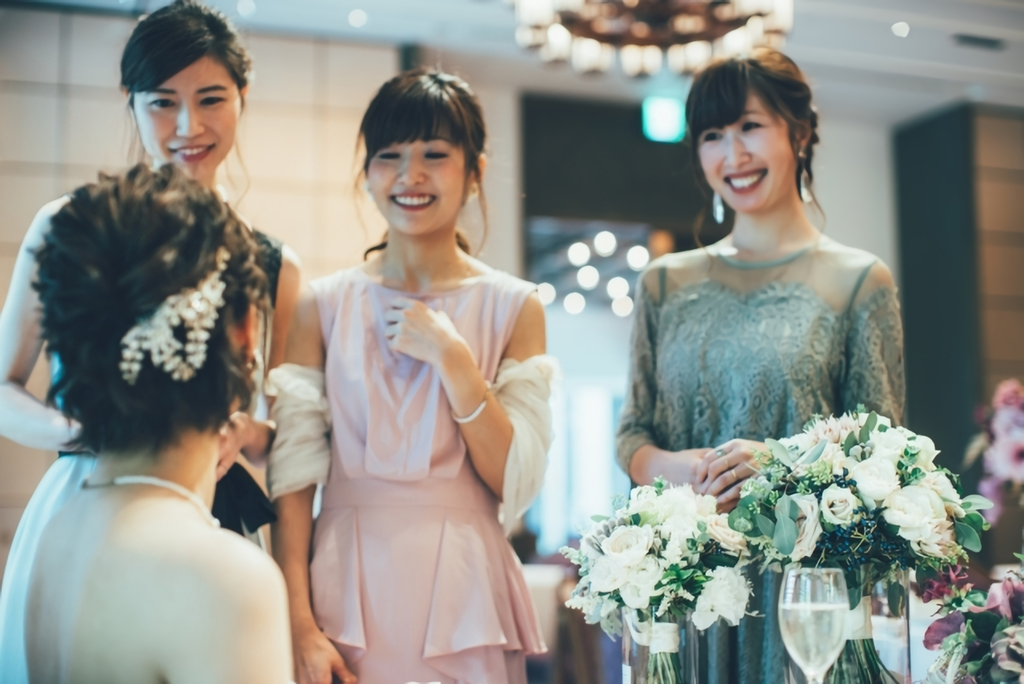 もうすぐ結婚式、2021年春のパーティドレスの流行カラーは?