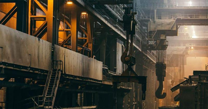 Industriehalle mit Geräten