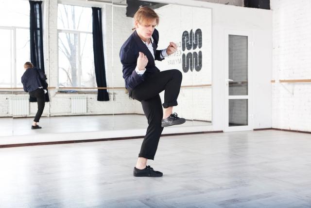 ムーンウォークのやり方・体重移動方法【かっこよく見せるコツは?】