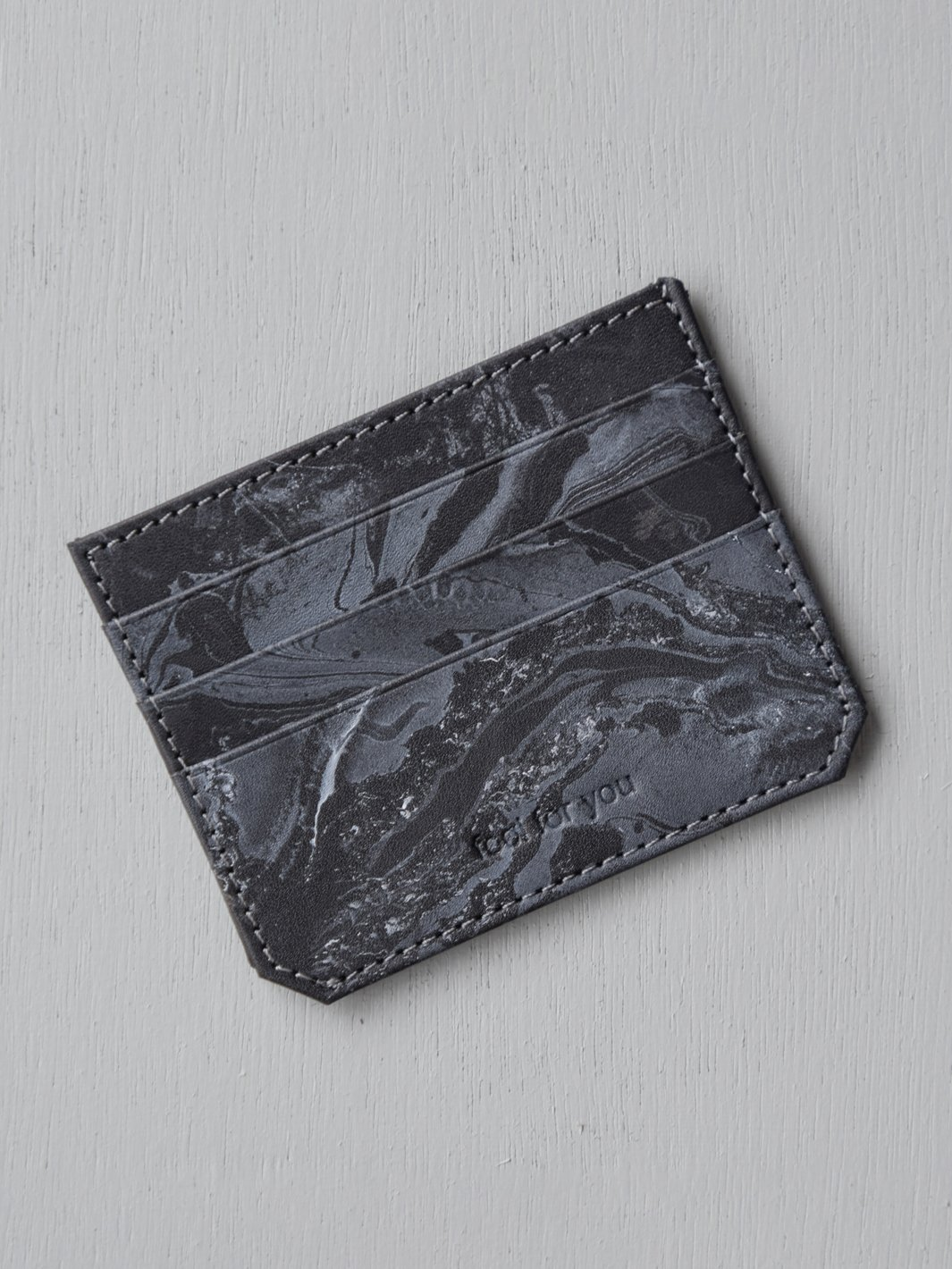 Our most compact wallet, Ara comes with three slots on either side for your cards and a compartment in between if you've got more to store.