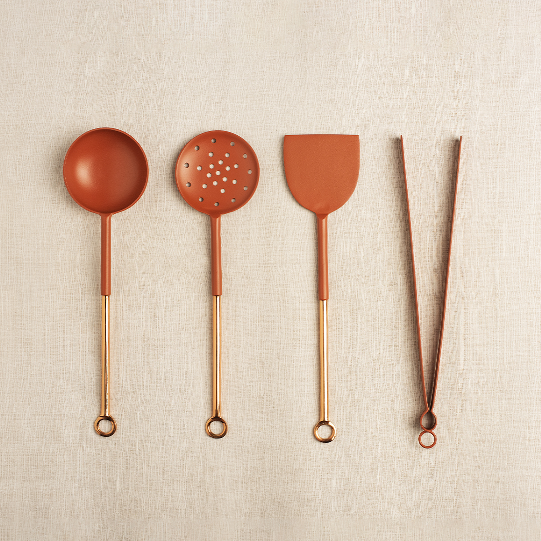 Chamcha, common cooking tools, are recreated and groomed as striking flatware fit for serving. Diameter 10 cm X Height 37.5 cm / Diameter 10 cm X Height 31.2 cm / Diameter 10 cm X Height 25 cm