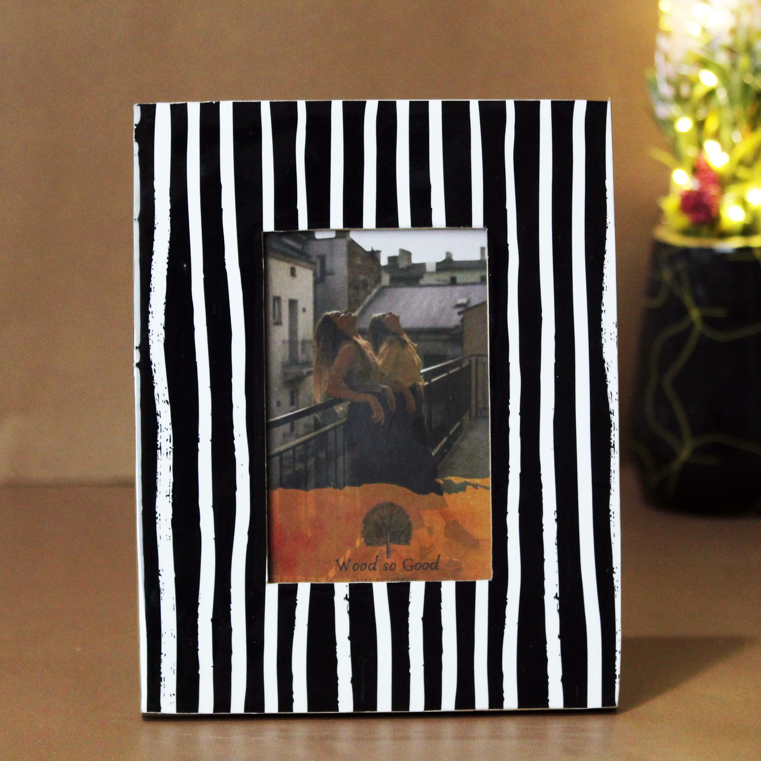 Add a touch of the modern to your home with our brushstrokes picture frame. The bold contrast between the white and the black strokes makes this piece stand out but not more than the picture that goes inside. Made to fit 6x4in pictures and created in high quality engineered wood, this piece is perfect as a gift or addition to your home! Can be hung as well as made to stand on tabletops