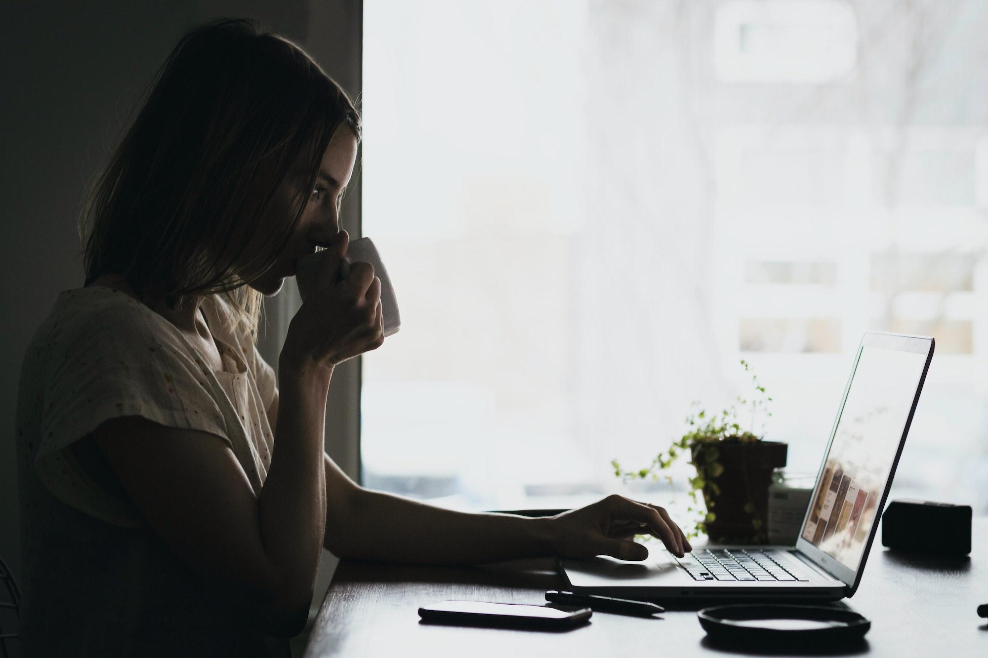 Mulher estudando com laptop