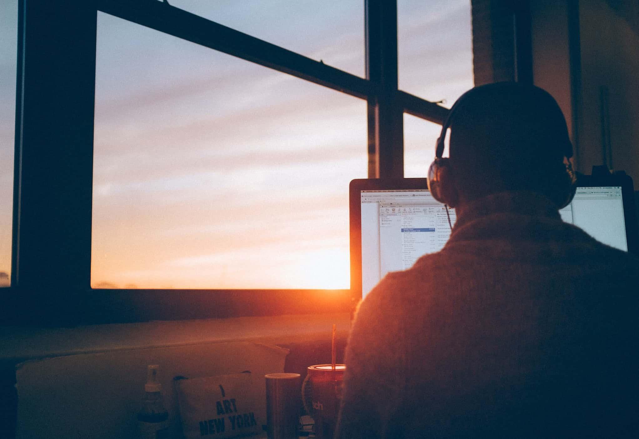 Homem trabalhando produtivamente