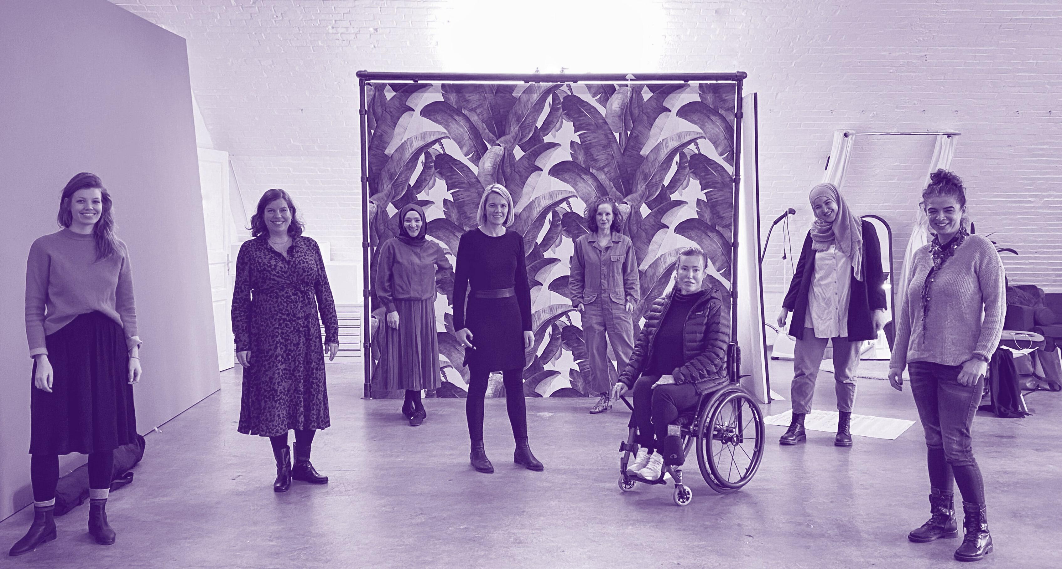 Acht Frauen in einem großen Raum.