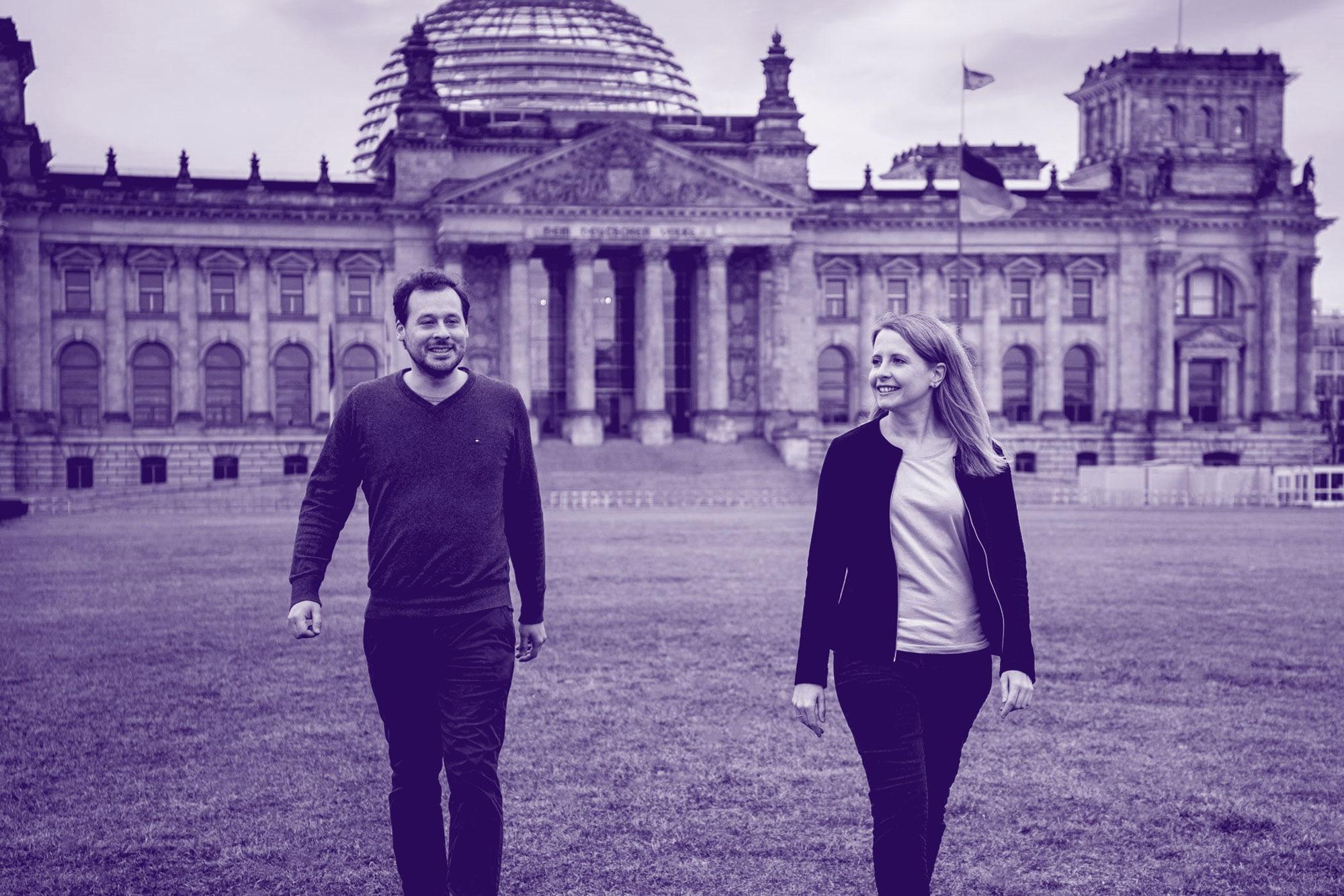 Lächelnde Frau vor dem Reichstagsgebäude