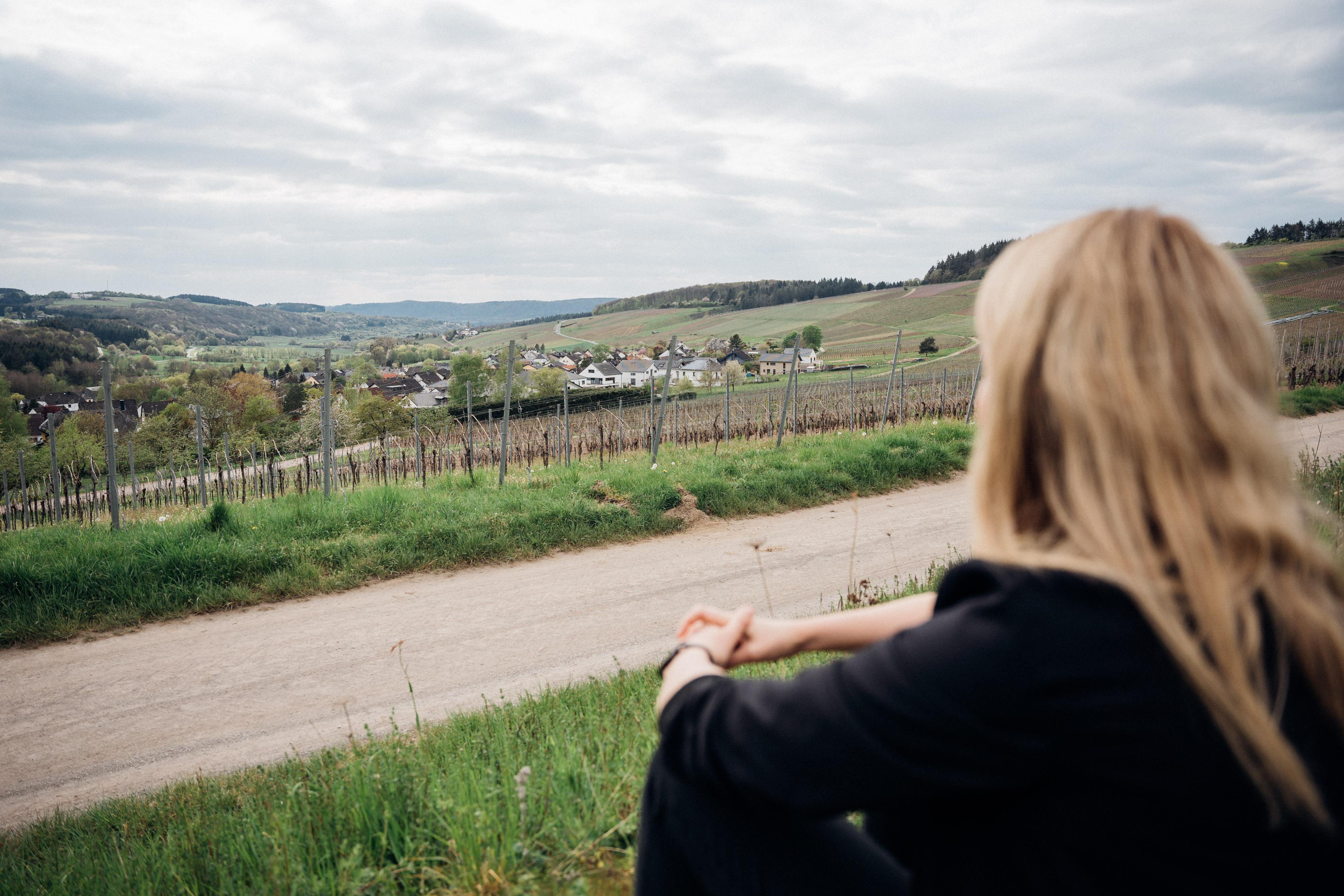In Trier und Umgebung stellt sich Verena zur Wahl für den Deutschen Bundestag. Die weitläufigen Weinberge bedeuten für sie Heimat.