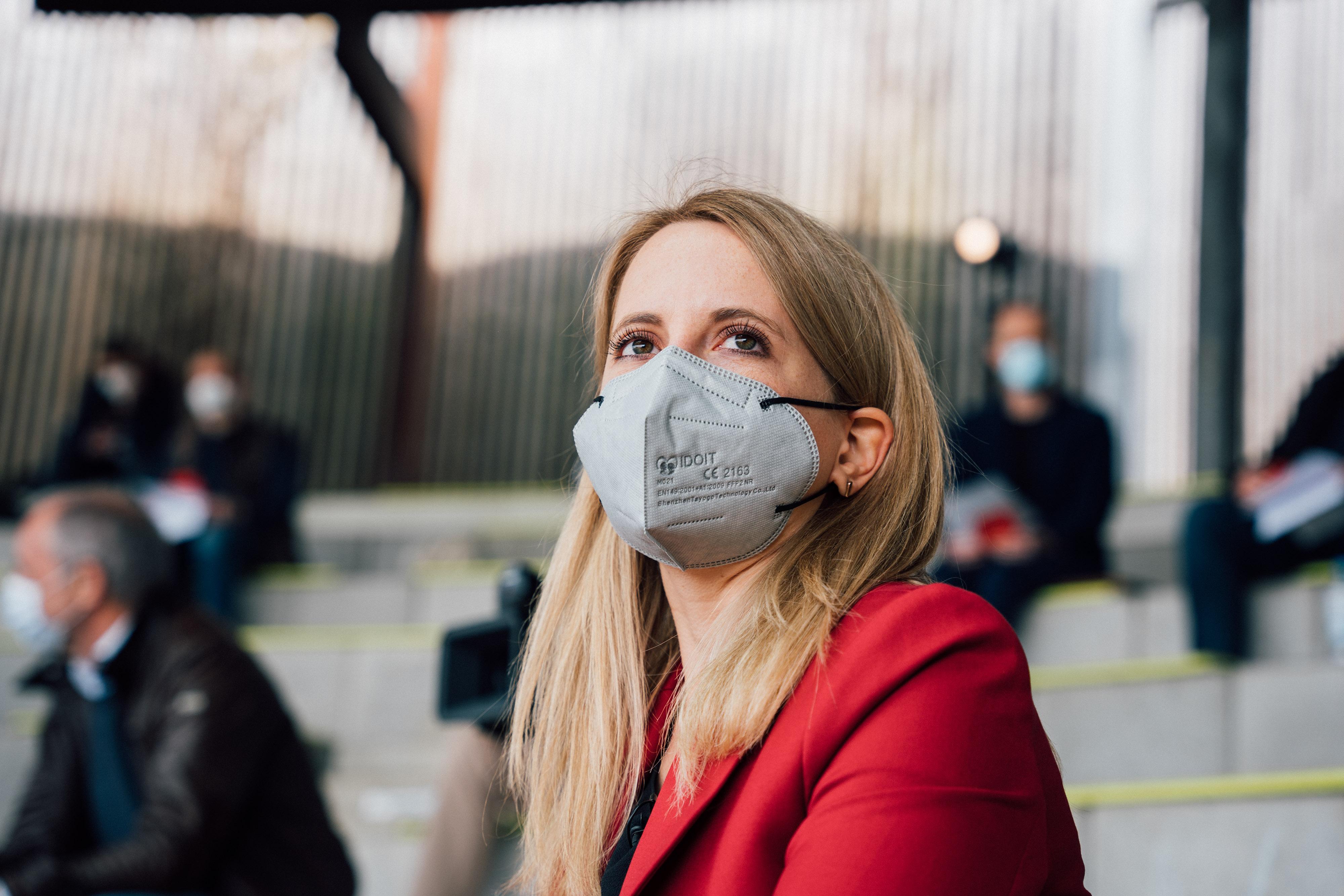 Kandidatinnenkür in Zeiten der weltweiten Corona-Pandemie: draußen, alle mit Maske und Abstand. Für Verena ist das inzwischen Alltag.