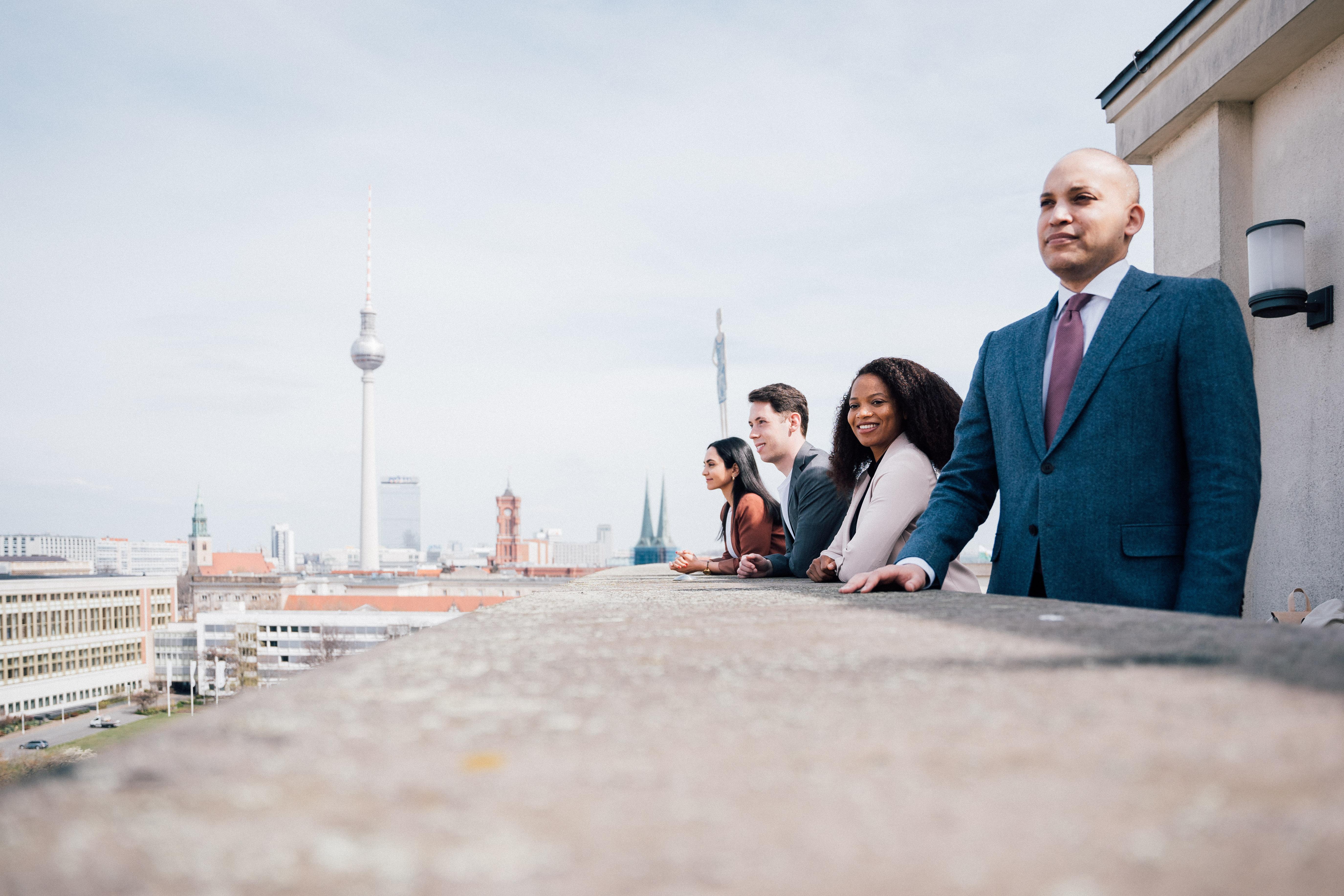 Die Initiator*innen des Netzwerkes wissen um die fehlende Diversität in Deutschlands Behörden – meist aus eigener Erfahrung: (v.l.n.r.) Diba, Fabian, Tiaji und Marcel.