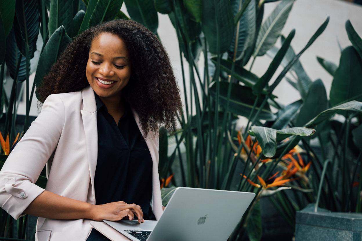 Das Team kann auf Erfahrungen von Diplomats of Color zurückgreifen – ein Netzwerk, das Tiaji 2019 mit Kolleg*innen im Auswärtigen Amt gegründet hat.