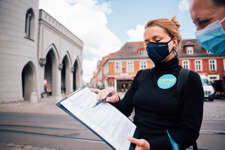 Organizing: klassisch auf den Straßen von Potsdam. Unterstützung bekommt Lu Yen dabei von vielen Freiwilligen.