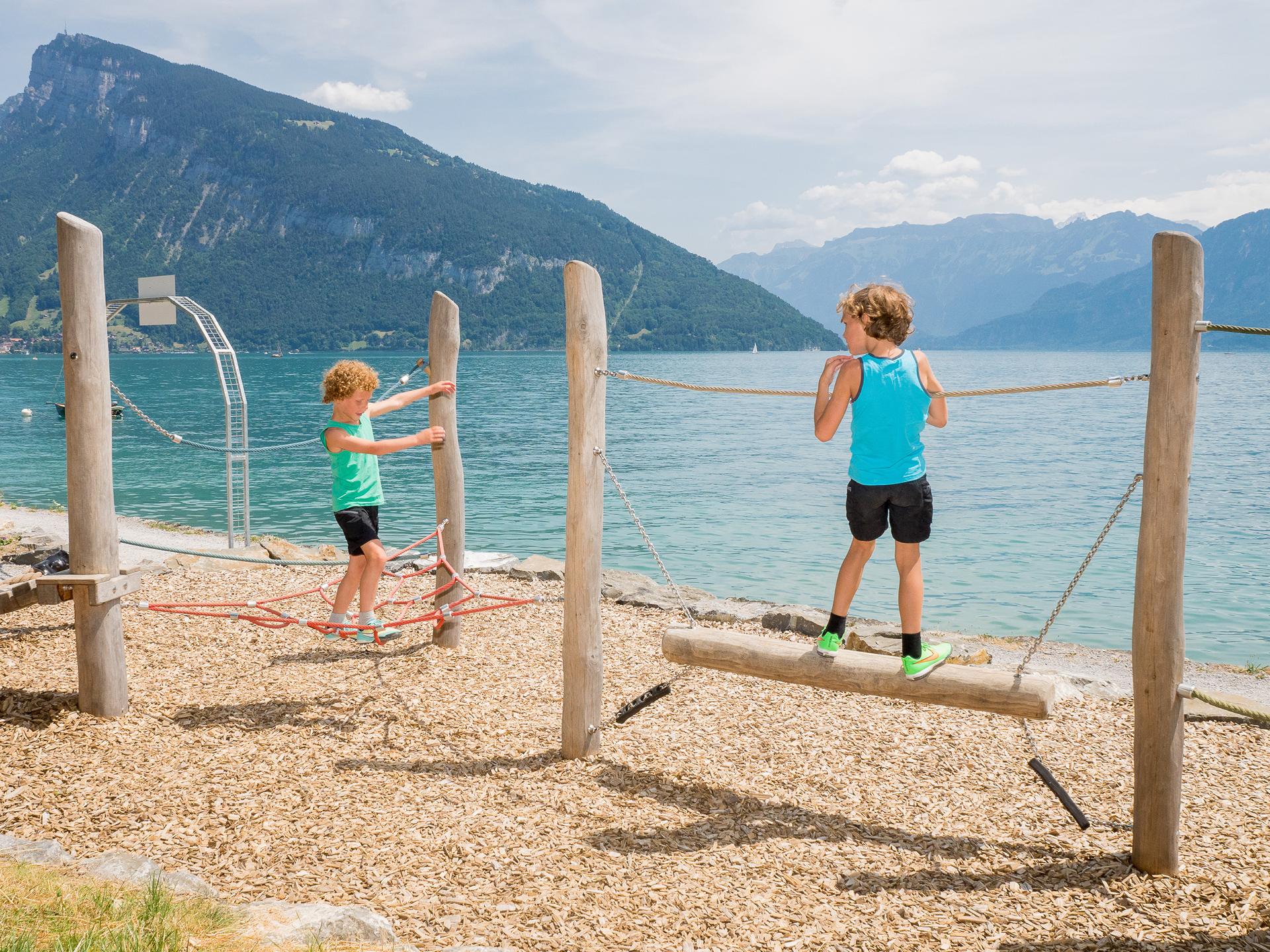 Kinder spielen am Strand am Thunersee
