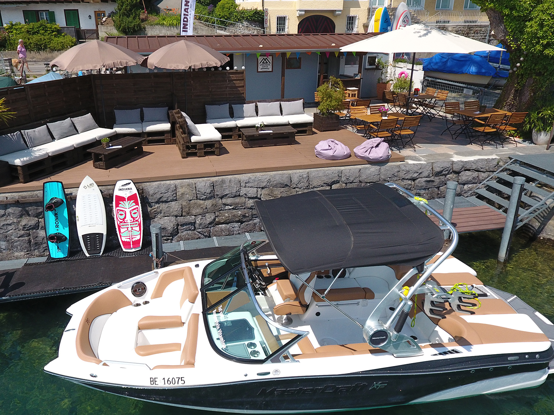 Motorboot mit SUP