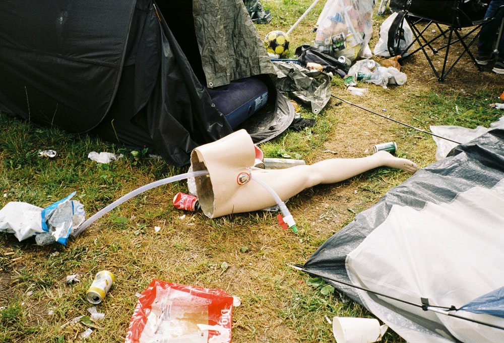 Figur auf Campingplatz eines Festivals