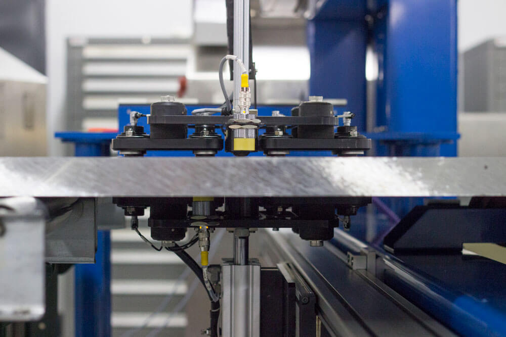 Electrical conductivity measurement of non-ferrous metallic plates in production environments