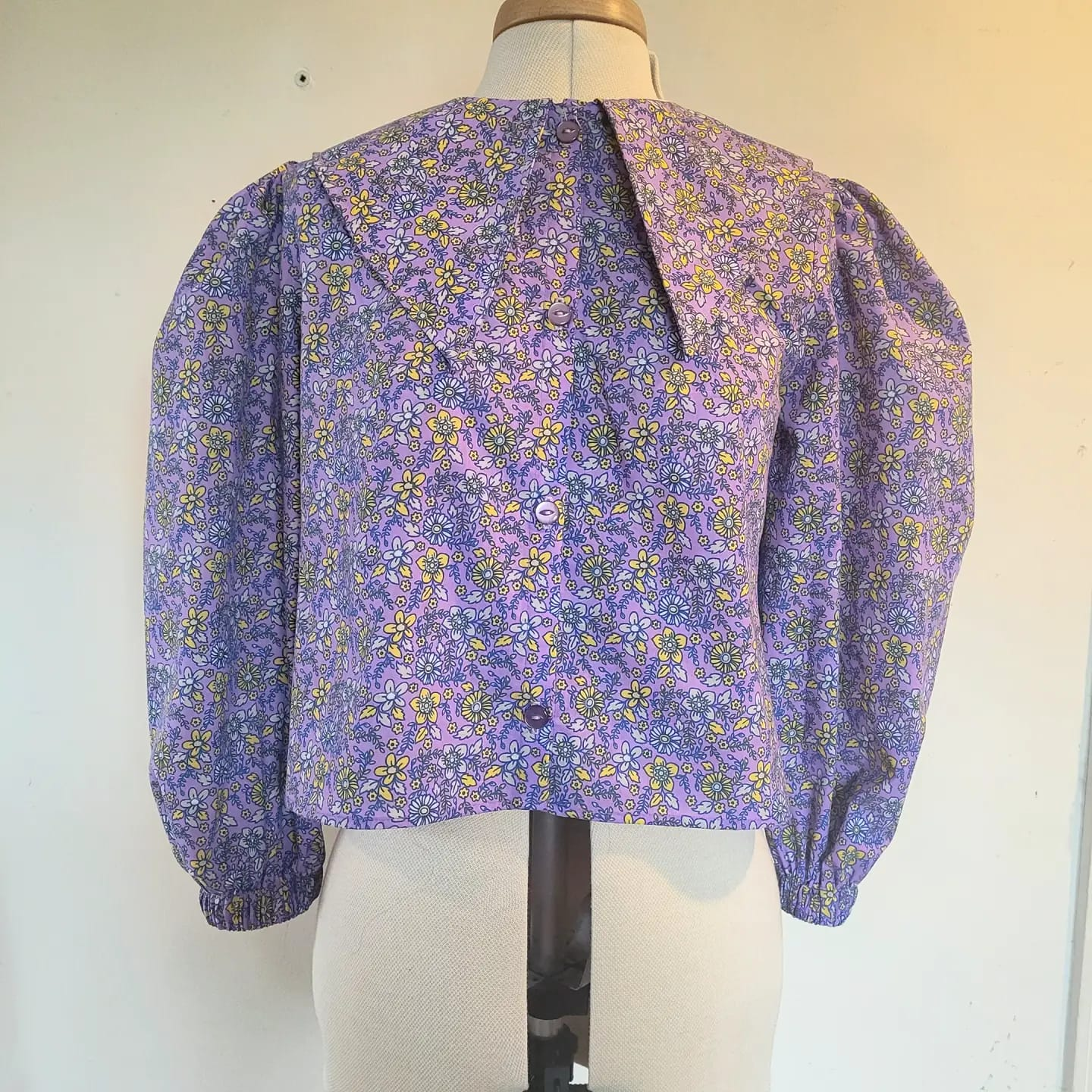 Pointed collar- lilac floral